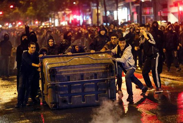 Barselona alev alev: Komün evi boşaltıldı, gençler ayaklandı