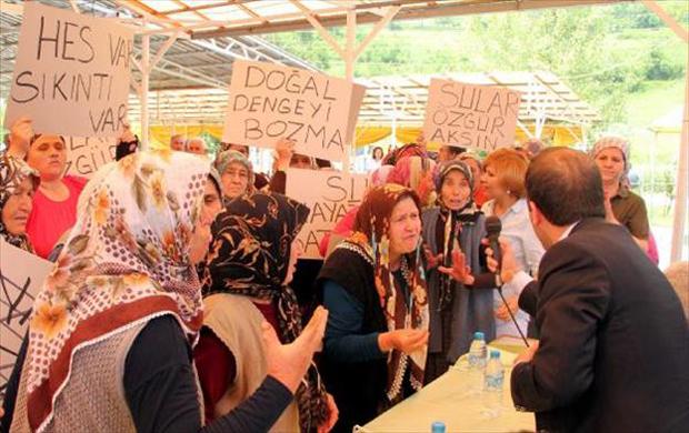 """Kadınlar HES toplantısını bastı: """"Su bizim, toprak bizim"""""""