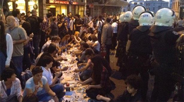 Haram yemeyenlerin iftarı, polislerin ayakları altındadır