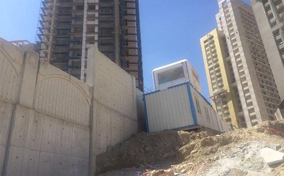 Toprak sahiplerine verilen binayla 'özel' müşterileri duvarla ayırdılar