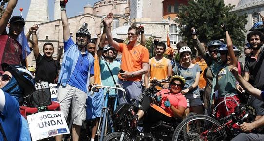 Bisikletle Türkiye'ye geldi ama İstiklal'e giremedi