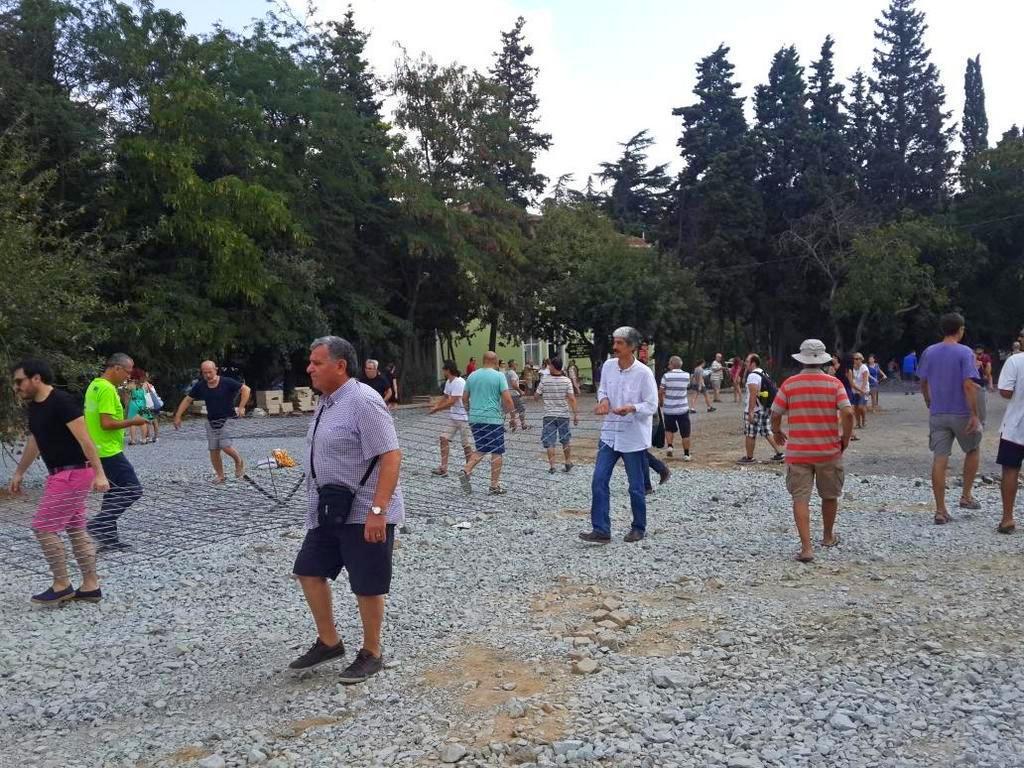 İstanbul halkı Validebağ Korusu'na döşenen otopark demirlerini söktü