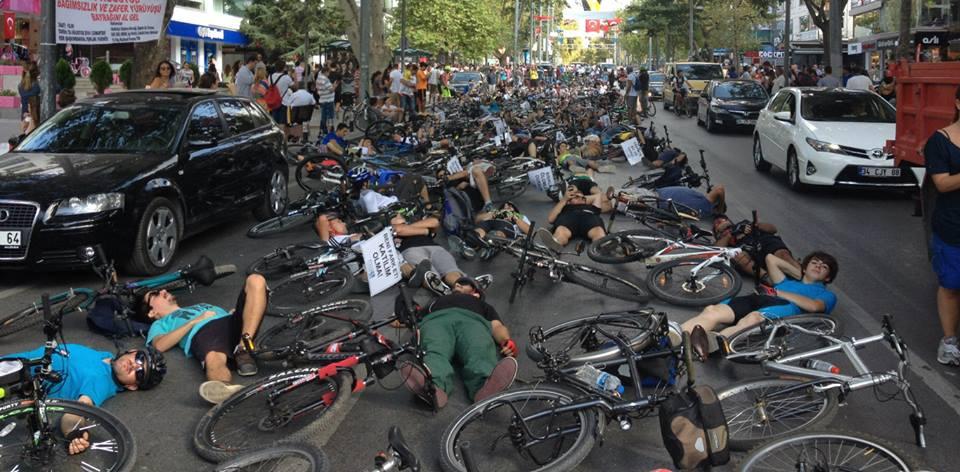 Bağdat Caddesi'nde yüzlerce bisikletçi yere yattı