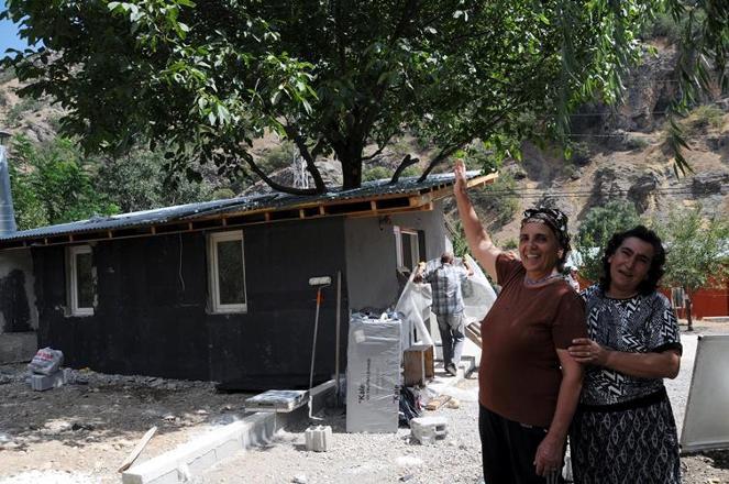 Gezi'de ölenlerin anısına ceviz ağacını kesmedi, evinden geçirdi
