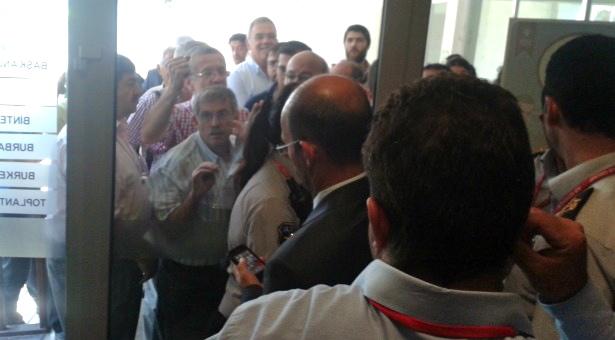 Bursalılar belediyenin termik toplantısında güvenlik barikatını aştı