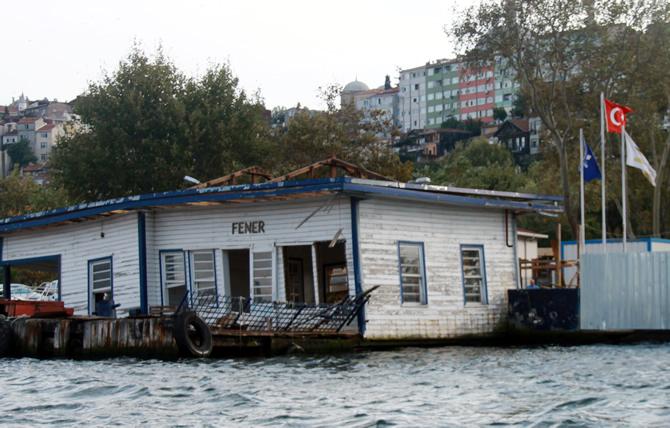 İstanbul'un bir dokusu daha yok oluyor. Tarihi Fener İskelesi denize batıyor!