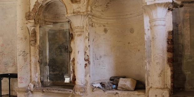 Tarihi kilisede freskler alçıyla sıvandı, duvarlarına yazılar kazındı