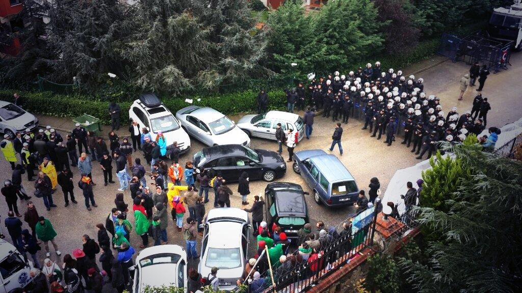 Polis Validebağ direnişini kuşattı. Yüzlerce çevik eşliğinde arabaları çekiyorlar! Koru seni çağırıyor!