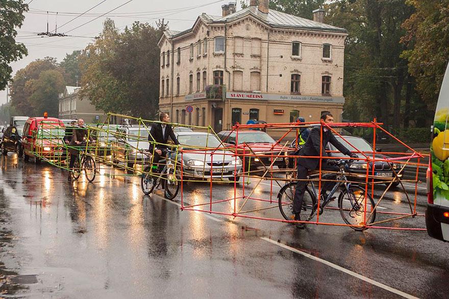 Letonyalı bisikletçilerden dikkat çekici eylem