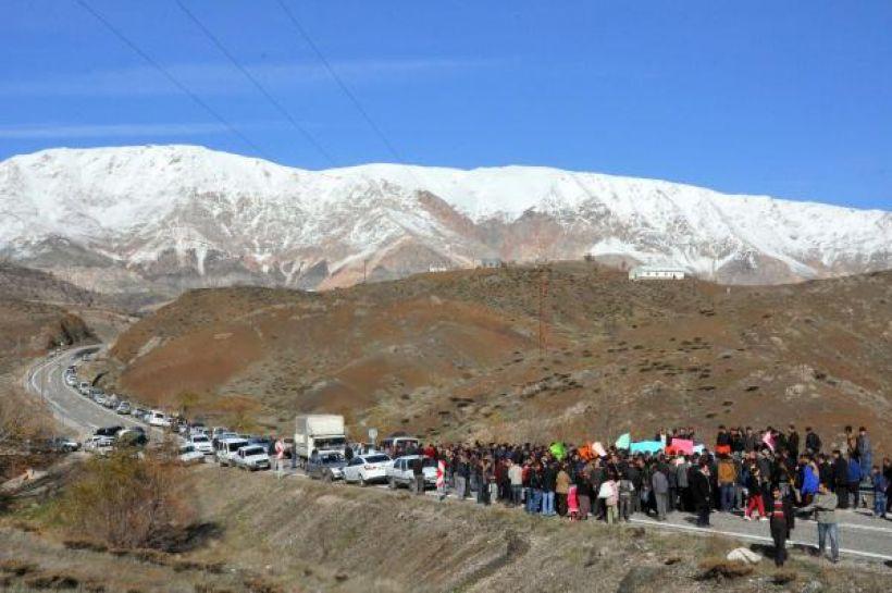 Barajı protesto eden köylüler yol kapattı