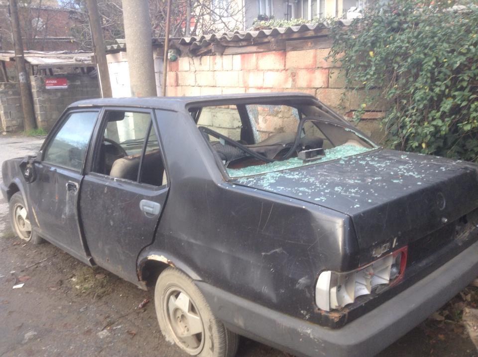 KOS aktivistinin aracına saldırdılar