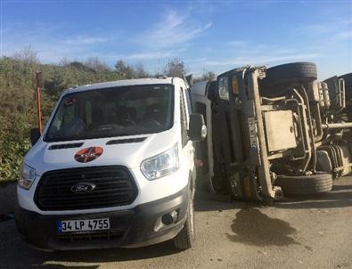 Harfiyat kamyonu, park halindeki aracın üzerine devrildi