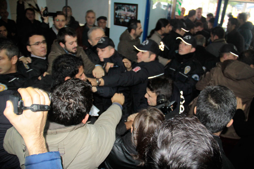 Kocaeli'de Brisa ÇED toplantısını engelleyen mahalle halkına polis saldırdı!