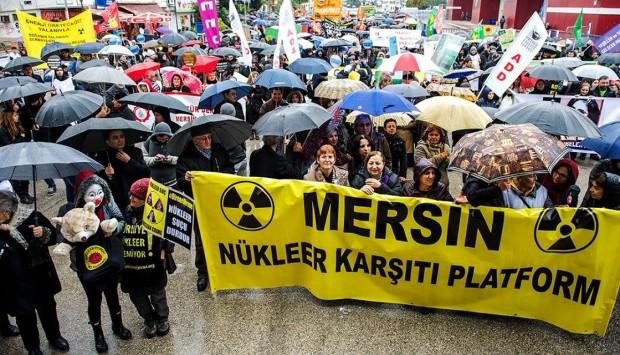 Mersin'de Nükleer Santral Karşıtı Platform'un çağrısıyla bir araya gelen binlerce kişi 'Nükleer santrale hayır' dedi
