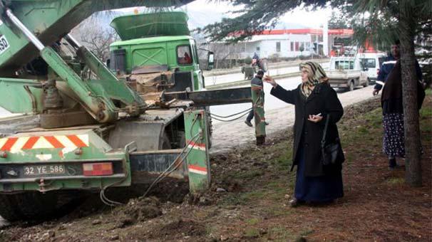 Isparta'da Vali Coş'un annesinden tek başına ağaç eylemi