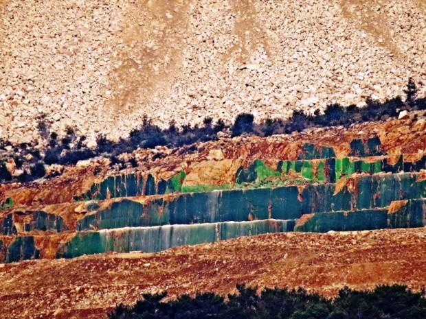 Mersin'demermer ocağının tahribatını gizlemek içindağı yeşile boyadılar!