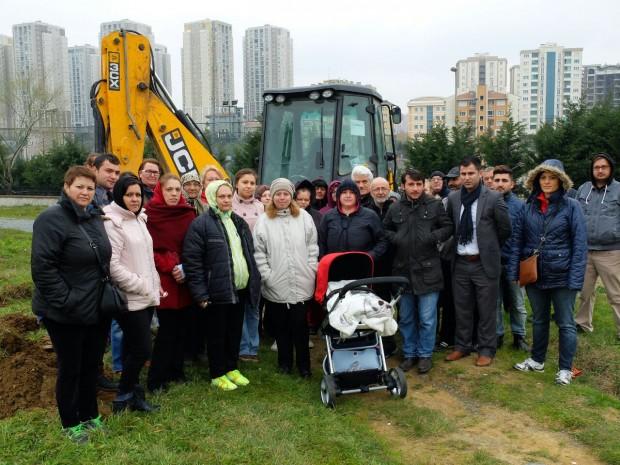 Başakşehir'de parkı yıkmak için polisler eşliğinde gelen iş makinelerini halk durdurdu!