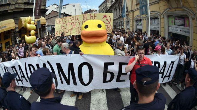 Belgrad'da kentsel dönüşüme dev ördekli protesto