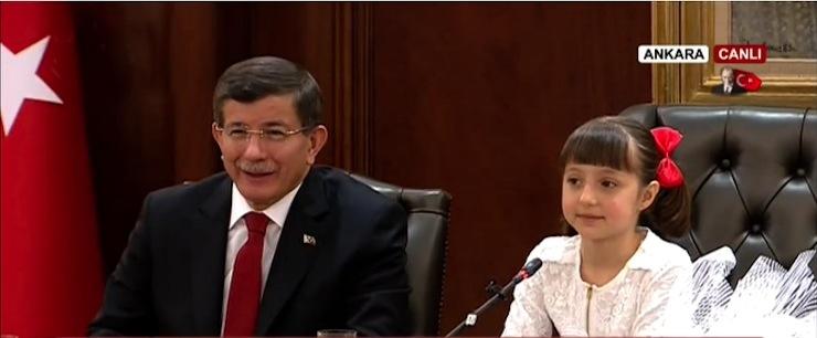 23 Nisan'da Davutoğlu'nun makamındaki çocuklar üstünden hükümet propagandası