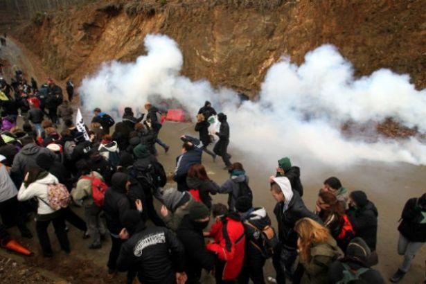 Yunanistan'da maden şirketi ile halk çatıştı