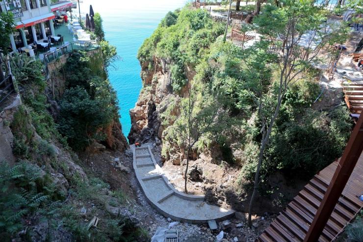 Yalnızca Türkiye'de: Antalya'da yapay şelale için faleze beton döküldü