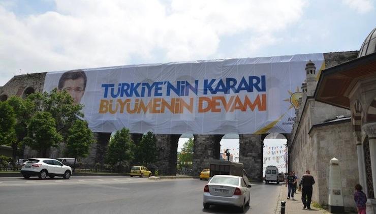 1637 yıllık Bozdoğan Kemeri'ne çiviyle dev pankart! Onlar konuşur AKP yapar