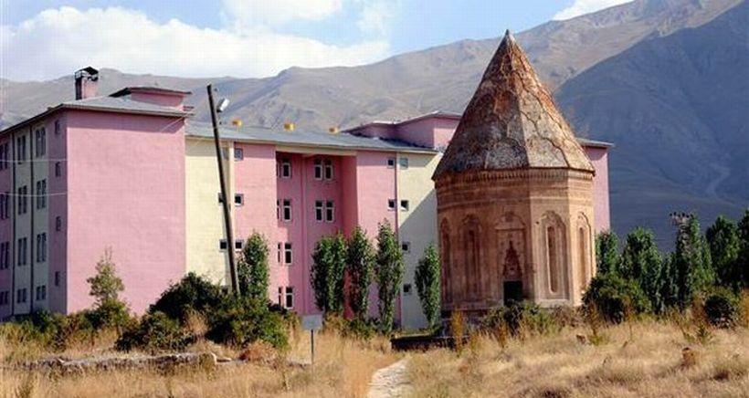 700 yıllık Halime Hatun Kümbeti'nin yanındaki kaçak yurt binasına yıkım kararı çıktı