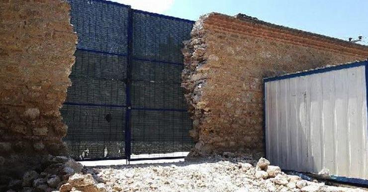 Bursa'da 420 yıllık külliyenin duvarı yıkılıp kamyon girişi için kapı açıldı