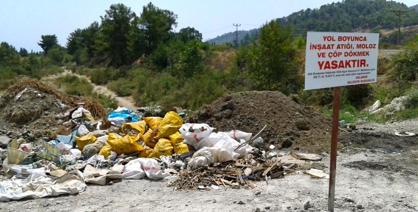 Belediye kirlettiği yere uyarı levhası astı