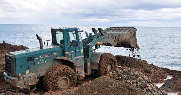 Hopa'da çöp ve atıklar denize dökülüyor, uzmanlar tepkili: Karadeniz çöp kovası değil