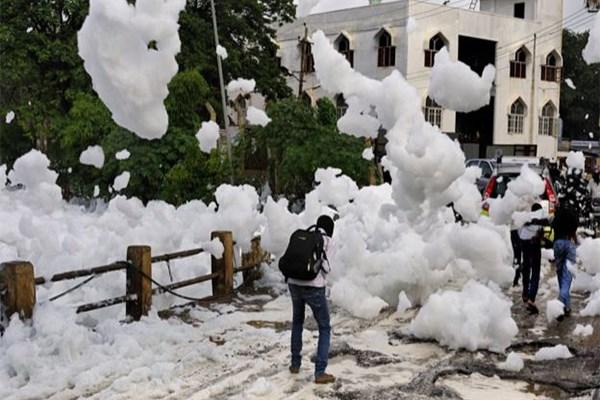 Hindistan'a zehirli köpük yağdı!