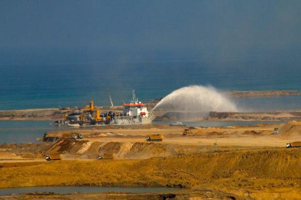 Dubai Palmiye Adaları'nda kullanılan gemi, 3'üncü havalimanı için dolgu yapıyor!