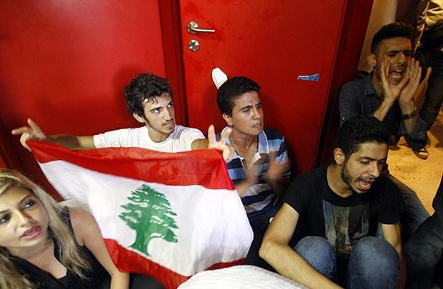 Lübnanlı aktivistler Çevre Bakanlığı'nı kuşattı