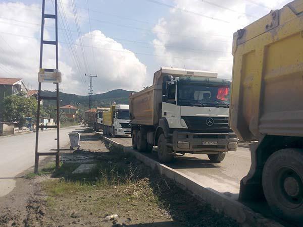 Çatalağzı Belediyesi  termik santral kamyonlarının yolunu trafiğe kapattı
