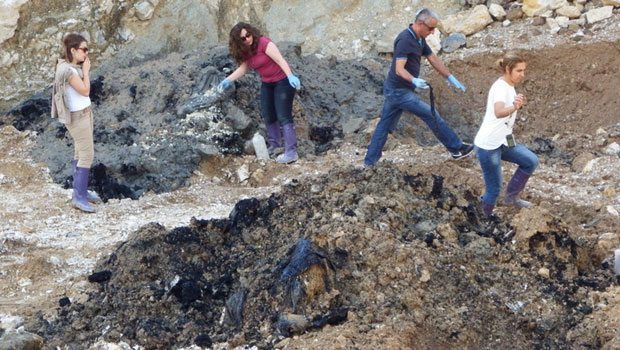 Pamukova'da bir taşocağında gömülü 12 kamyon dolusu kimyasal atık bulundu
