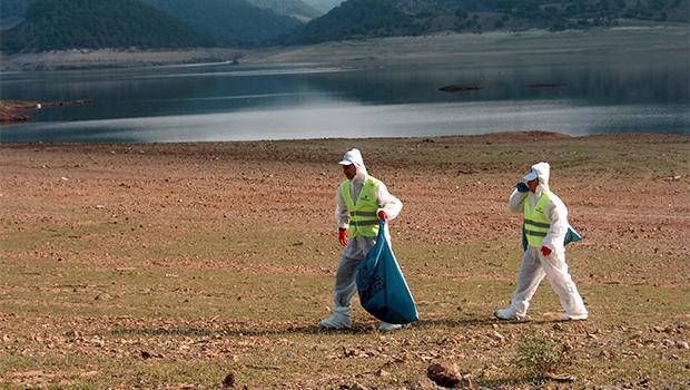 Bayramiç Barajı'ndaki zehirli atıklar sonunda toplanıyor