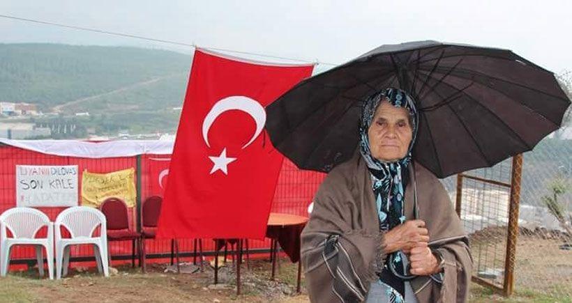 Dilovası Adatepe'de çadırları sökülen direnişçiler şemsiye altında direnişe devam ediyor