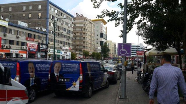 AK Parti'nin seçim araçları engelli park alanını kullanıyor