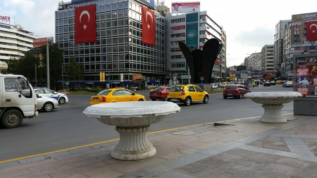 Gökçek'ten Kızılay Meydanı'na beton saksılar