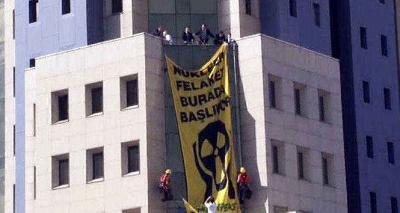 'Nükleer felaket burada başlıyor' pankartı asan 8 kişiye 3'er yıl hapis istemi