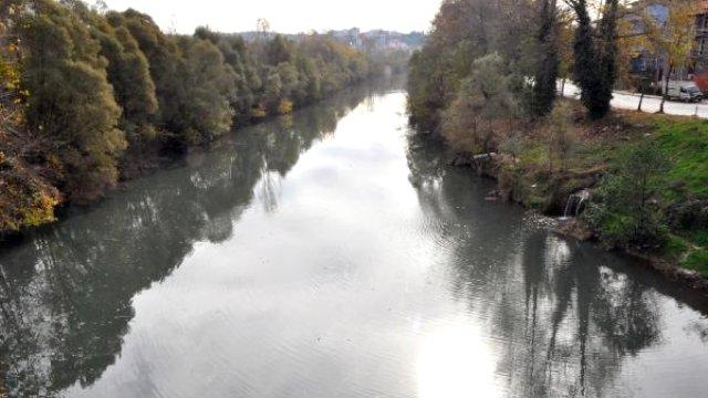 Bartın Irmağı Kirli Atıklar Nedeniyle Siyaha Büründü