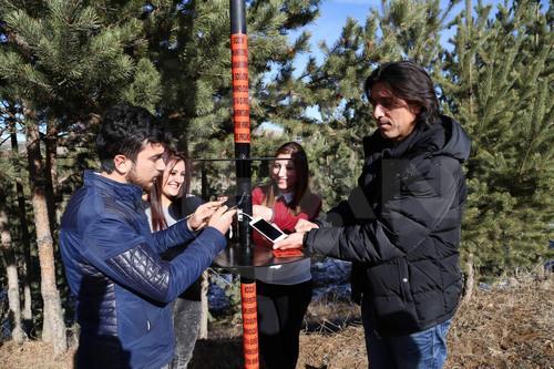 Öğrenciler, güneş enerjisi ile cep telefonlarını şarj ediyor