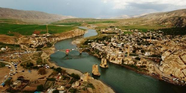 Hasankeyf'te 600 ev için alternatif yer göstermeksizin 'evinizi boşaltın' yazısı