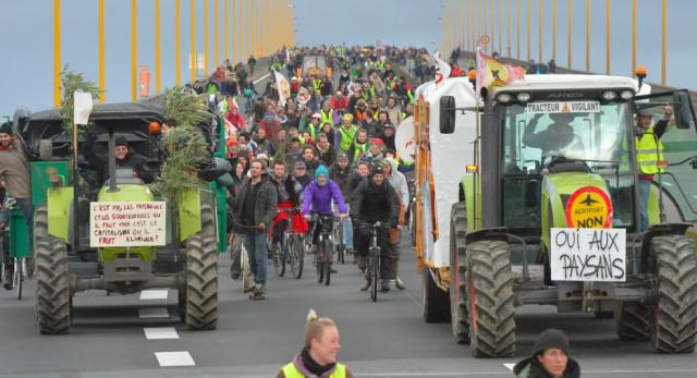Fransa'da onbinlerce kişi NDDL havalimanına karşı yürüyor