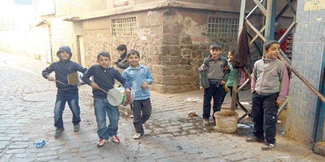 Teneke trampetlerini çalıyor çocuklar