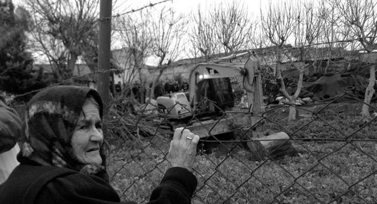 Yedikule bostanlarındaki barakalar yerle bir edildi: Ekmeğimizle oynamasınlar