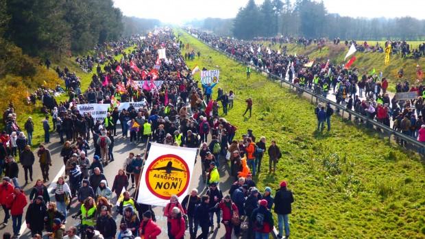Fransa'da havalimanına karşı dev protesto!