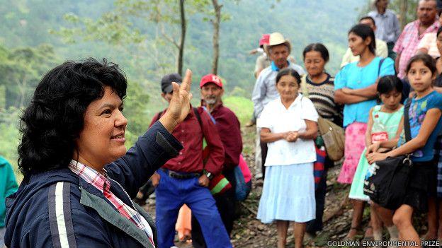 Berta Caceres şimdi savunduğu toprakların bağrında