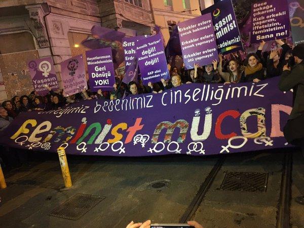Feminist Gece Yürüyüşü'nde onbinler İstiklal'i doldurdu