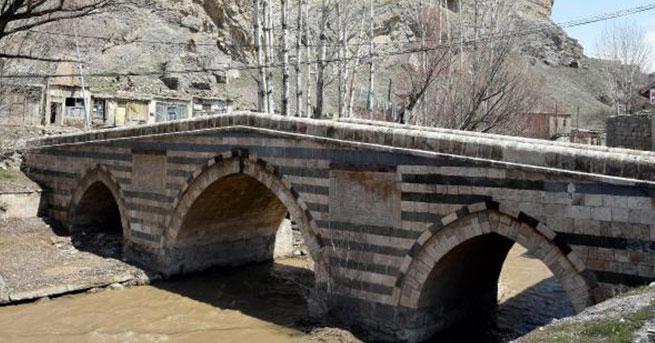"""Tarihi miras dökülüyor. """"Restore"""" ettikleri 350 yıllık köprü yıkılmak üzere!"""